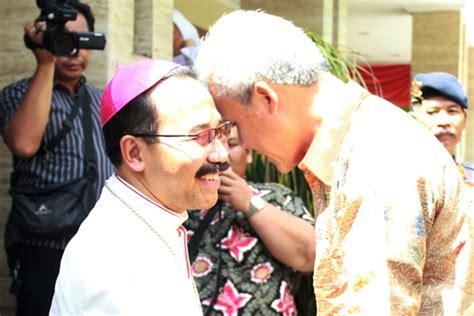 mgr rubiyatmoko menerima kunjungan gubernur jawa tengah  hari natal penat katolik