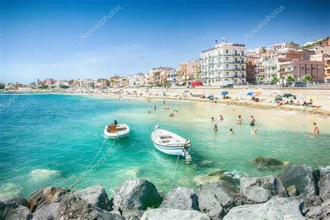giardino di naxos spiaggia di giardini naxos sicilia foto editoriale