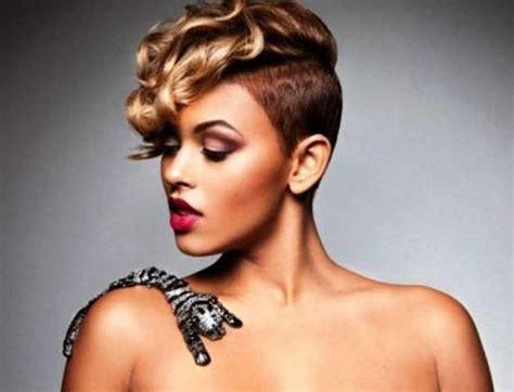 Coupe de cheveux rasé sur le coté femme: idee coiffure en