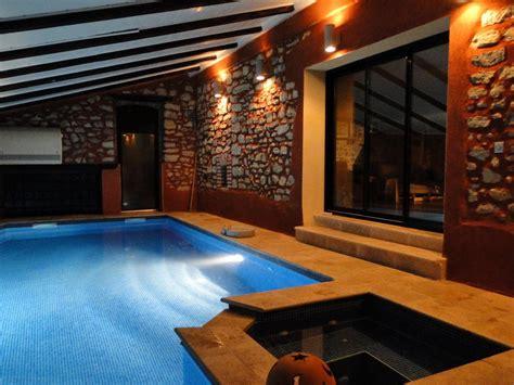 chambre avec piscine privative gite avec piscine et intérieur chauffé à ledignan