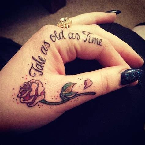 modele tatouage phrase courte sur la main   index
