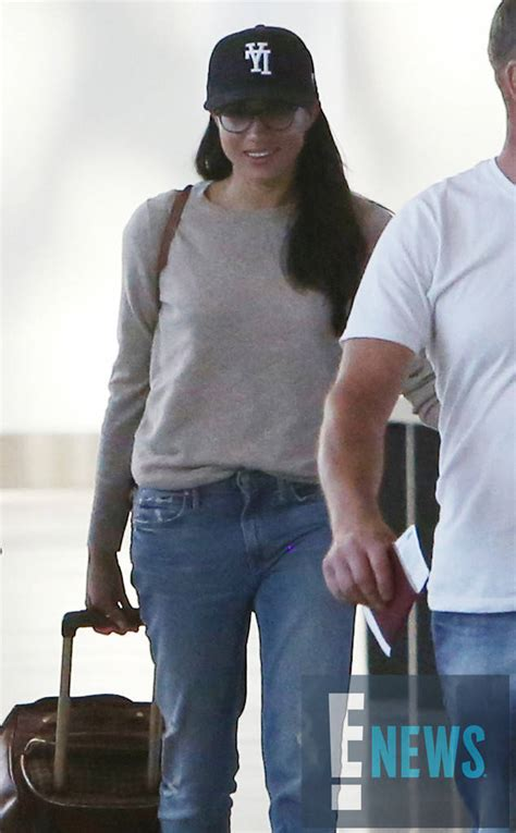 meghan flies   toronto  casual airport style