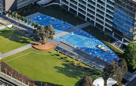 It is the second largest campus of monash university, with the number of students and staff exceeding 15,000 people. Monash Caulfield Campus Green - TCL