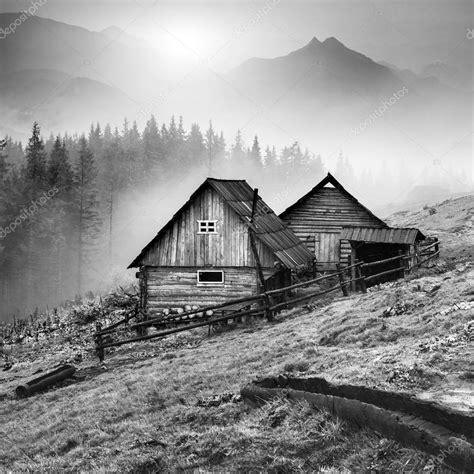 aldea de montana los carpatos blanco  negro foto de