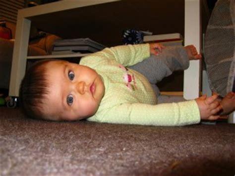 a quel age bébé tient assis dans une chaise haute a quel âge bébé se retourne