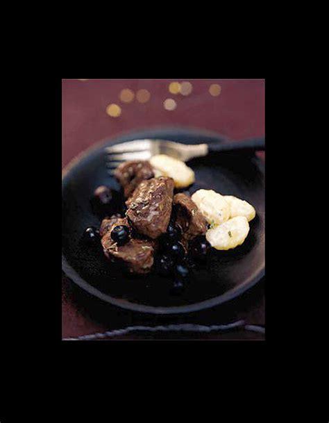 cuisiner le sanglier en daube daube de sanglier aux myrtilles gnocchis à la crème les