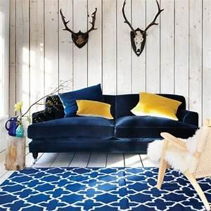 1001 idees creer une deco en bleu et jaune conviviale With tapis rouge avec canape bleu marine cuir