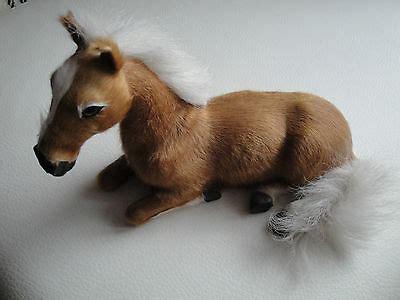 deko pferd aus pappe mit kunstfell liegend eur