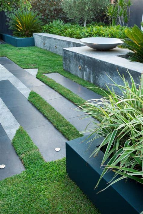 Moderner Garten, Platten, Rasen, Mauer, Beton, Pflanzen