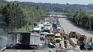 Accident Ile De France : accident de l 39 a7 un pneu du camion aurait clat ~ Medecine-chirurgie-esthetiques.com Avis de Voitures