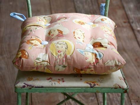 Simple Tie On DIY Chair Cushion   diycandy.com