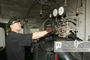 Dampfdruck Berechnen : lokf hrer reguliert den dampfdruck in einer historischen dampflokomotive lizenzpflichtiges ~ Themetempest.com Abrechnung