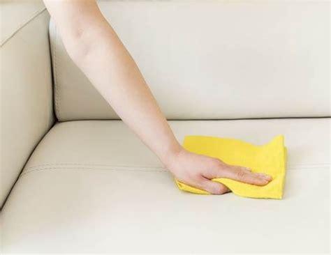 nettoyer un canapé en cuir avec du lait de toilette nettoyer un canapé en cuir tout pratique