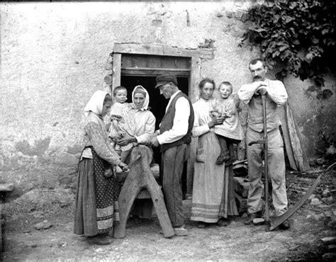 file le travail 224 la ferme laff 251 tage famille de paysans devant leur maison 6943836470 jpg