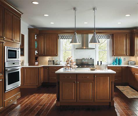 light maple cabinets  glaze homecrest cabinetry