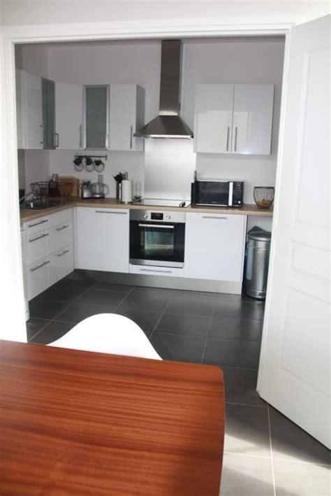 cuisine blanche et inox cuisine blanche bois et inox photo 6 6 vue de la salle a manger