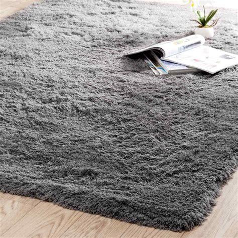 tapis a poil tapis 224 poils longs en tissu gris 140 x 200 cm inuit maisons du monde