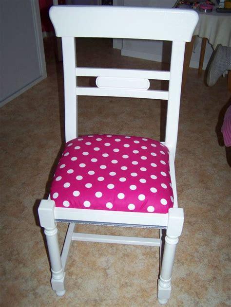 avec une chaise chaise en paille et bois repeinte en blanc avec assise