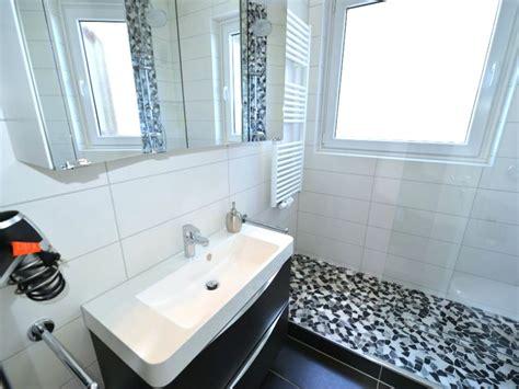 Kleines Bad Mit Dusche Und Fenster by Ferienwohnung Strandhochhaus Sj13 Cuxhaven Sahlenburg