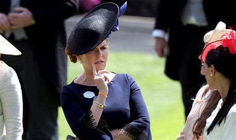 Sarah Ferguson shows off curtsy at Ascot as she enjoys ...