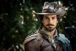 Aramis Paris : pix the musketeers santiago cabrera talks about his character aramis peter capaldi ~ Gottalentnigeria.com Avis de Voitures
