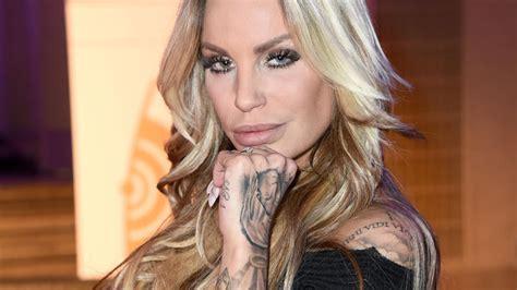 Wir werfen einen blick auf ihre karriere und ihre vergangenen skandale. Not-OP bei Gina-Lisa Lohfink: Ihre Brustimplantate waren ...
