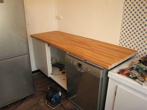 fixer un meuble de cuisine au mur comment fixer un plan de travail au mur maison design