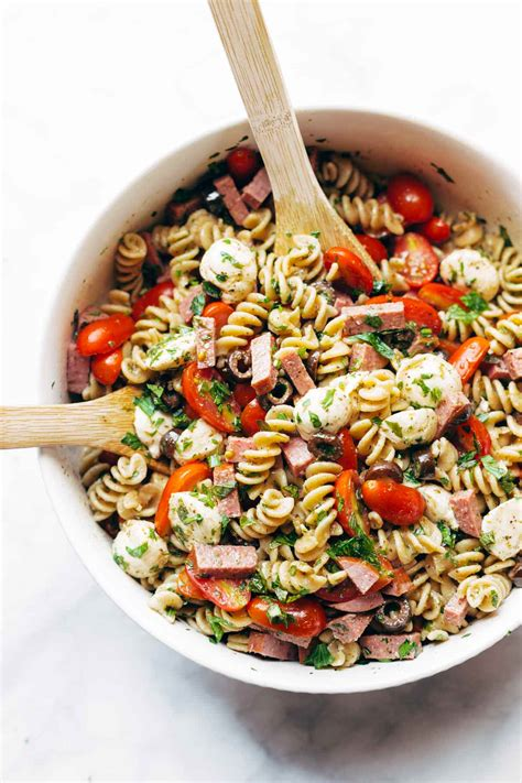 We love this creamy pasta salad and our readers love pasta salad is easy to make. 15 favorite pasta salad with Italian dressing recipes - My Mommy Style