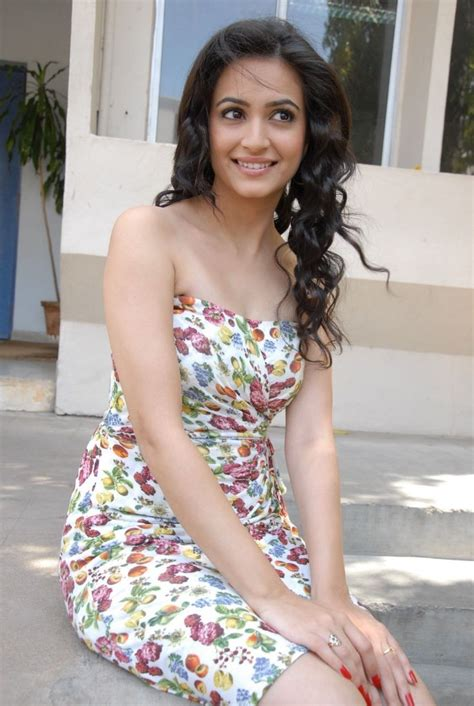 kriti kharbanda wallpapers bio age kriti kharbanda hd wallpapers