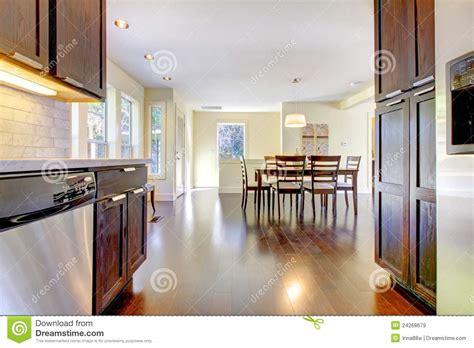 cucina e sala da pranzo sala da pranzo e cucina nella casa moderna luminosa