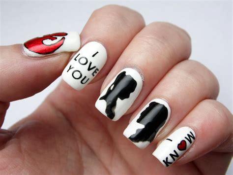 Para navidad puedes coordinar rojos y utilizar un pincel fino para pintar con un poco de imaginación y creatividad, definitivamente se puede crear diseños de uñas. Los mejores diseños de uñas decoradas