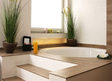 Freistehende Badewanne Die Moderne Badeinrichtungbadezimmer Mit Natursteinwand 2 by Runde Badewanne Ein Highlight Im Bad Planungswelten