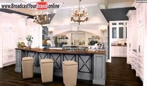 wohnideen holz wohnideen küche französisch landhaus hellblau kronleuchter holz theke