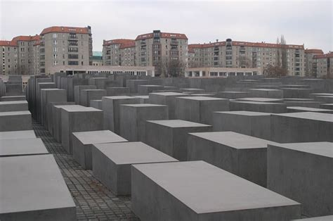 nachgebautes holocaustdenkmal vor dem haus des afd