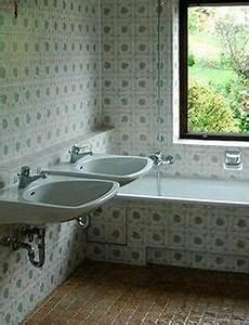 Fliesenlack Vorher Nachher : renovierungsbed rftiges bad vor dem fliesen lackieren badewanne streichen jaegerlacke ~ Markanthonyermac.com Haus und Dekorationen