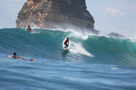 berselancar  asyik  pantai gerupuk wisata alam