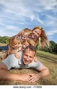 Familie Mit Drei Kindern : mitte erwachsenen mann mit vater mit s hnen im garten ~ A.2002-acura-tl-radio.info Haus und Dekorationen