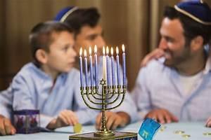 how to light the hannukah menorah and recite the hanukkah