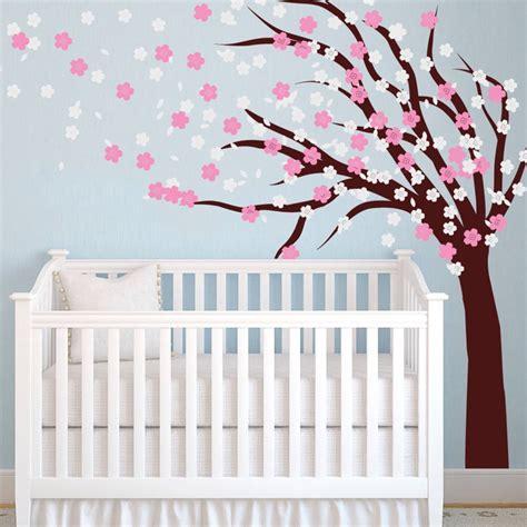 peinture pour chambre bebe stickers arbre dans la chambre bébé et enfant en 28 idées