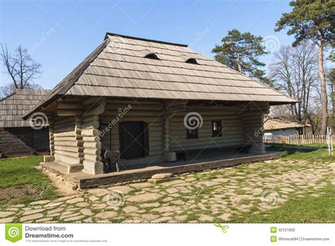 maison rustique en bois roumaine traditionnelle photo