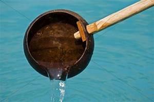 Erbpacht Läuft Aus : wasser l uft aus einer sch pfkelle aus kokosnussschale ~ Lizthompson.info Haus und Dekorationen
