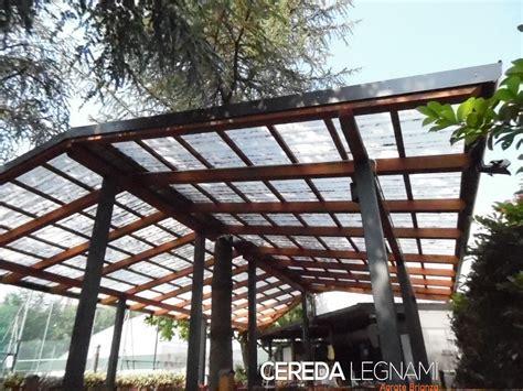 copertura tettoia tettoia in legno con albero