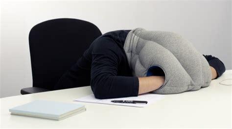 coussin bureau ostrich pillow le coussin cagoule pour faire la sieste