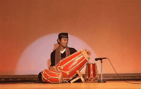 """Gamelan merupakan alat musik ensembel (kelompok alat musik) yang terdiri dari gambang, gong, gendang, bonang dan lain sebagainya. """"Alat Musik Ritmis"""" Pengertian & ( Contoh - Gambar ..."""
