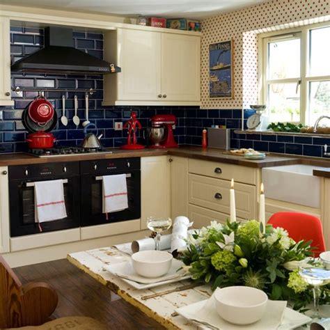 cuisine bleu marine 10 idées de cuisine décorée en bleu marine bricobistro