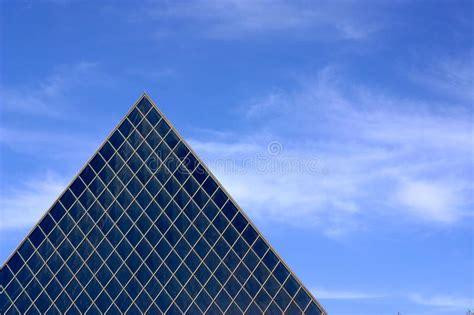 Architettura Di Vetro Della Piramide Immagine Stock