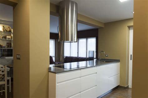 cocinas modernas blancas  isla sin tirador encimeras de