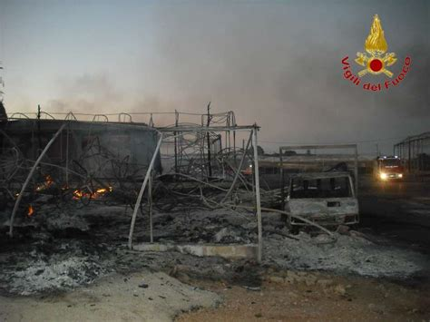 costruzione capannoni in ferro un grosso incendio a vittoria distrugge due capannoni i