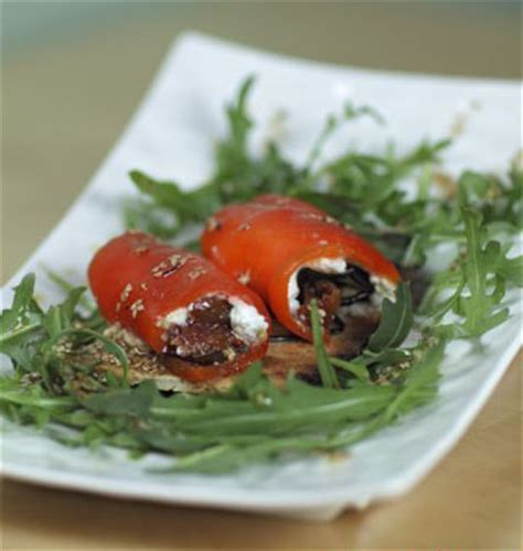 tartine de rouleau de poivron au chevre aubergine grillee