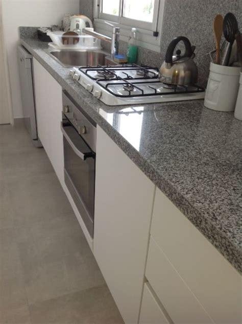 reciclaje de cocina pisos porcellanato mate gris mueble